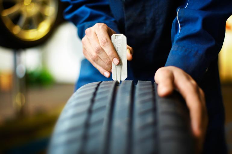 Prüfung des Reifenprofils bei der Einlagerung